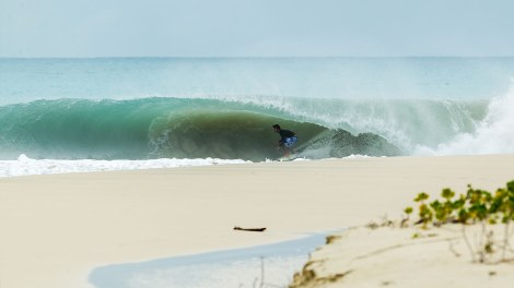 Vincent slows for the deepest tube of the trip. The sand bottom allowed the guys to pull in deeper without fear.